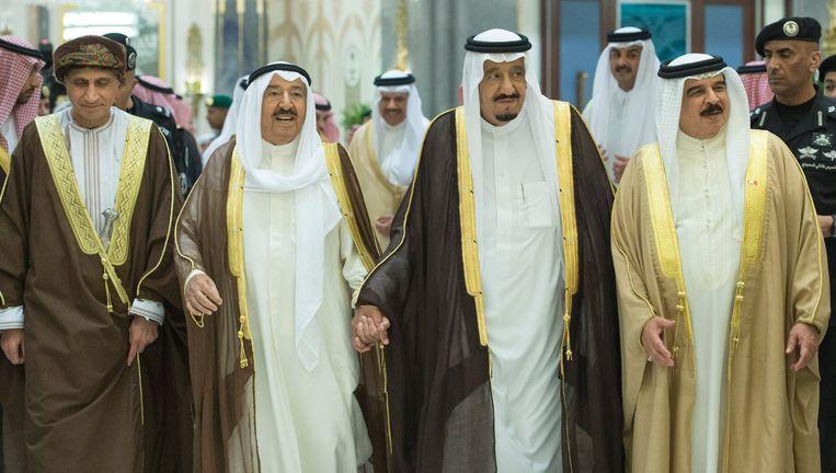 Van links naar rechts: de vicepremier van Oman, de emir van Koeweit, koning Salman van Saoedi-Arabië en de koning van Bahrein. Beeld reuters