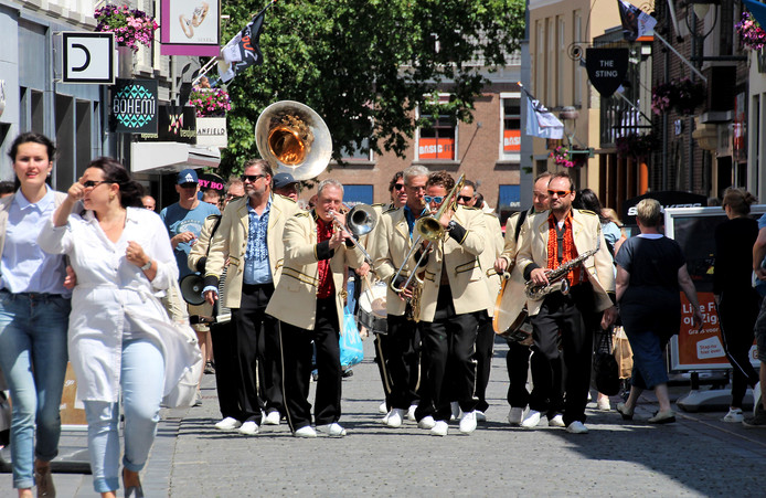 May Day Jazzband tijdens de Streetparade van JazzBoz in Bergen op Zoom.