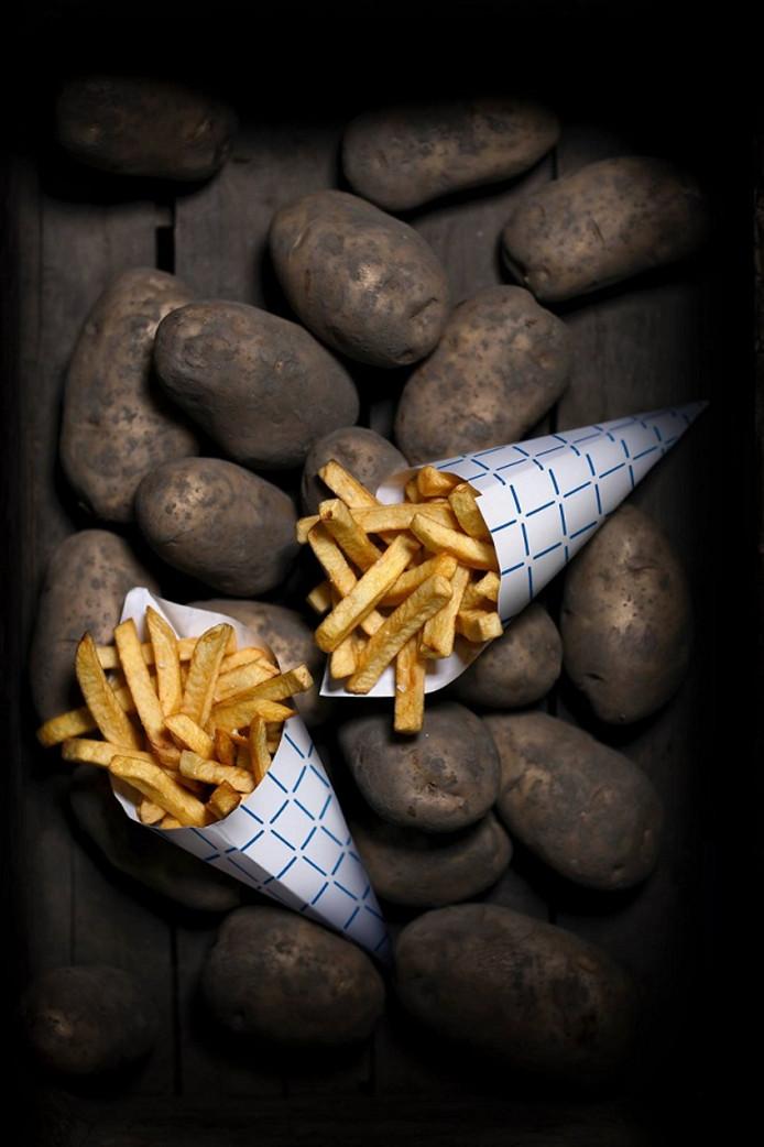 Bram Ladage trakteert zijn klanten op hun verjaardag op een gratis zak patat.