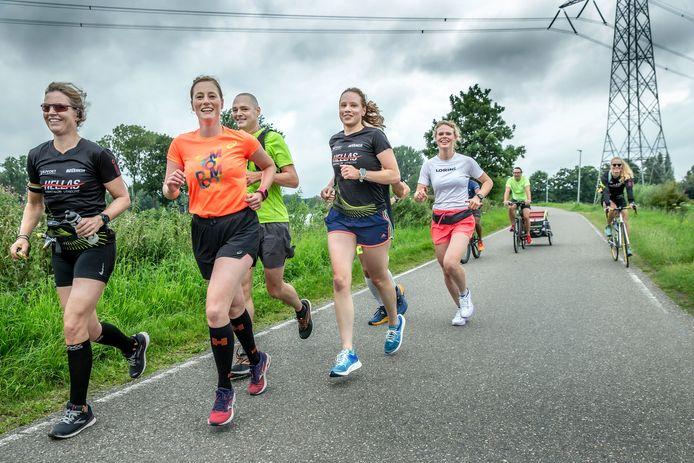 Achttien fanatiekelingen liepen zaterdag een marathon van Amsterdam naar Utrecht. Tanja de Boer (34) uit Utrecht, in het midden met blauw broekje en blauwe schoenen, organiseerde de tocht.