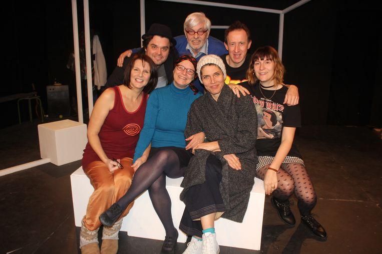 Joke Devynck met de acteurs van Toneelatelier Aalst.