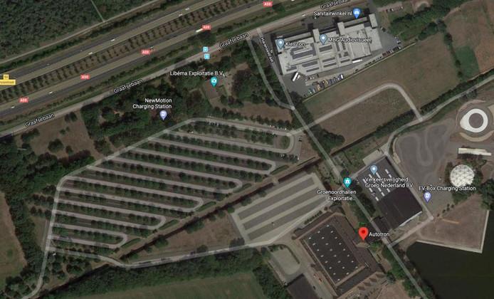 Het grasland rechts op de foto tussen de bebouwing moet uiteindelijk plek bieden aan 700 parkeerplaatsen.