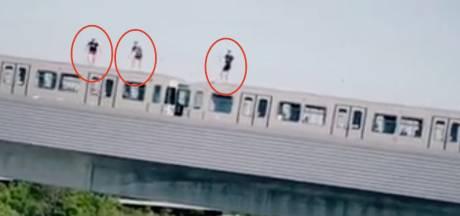 Drie waaghalzen springen van rijdende metro Wenen in de Donau