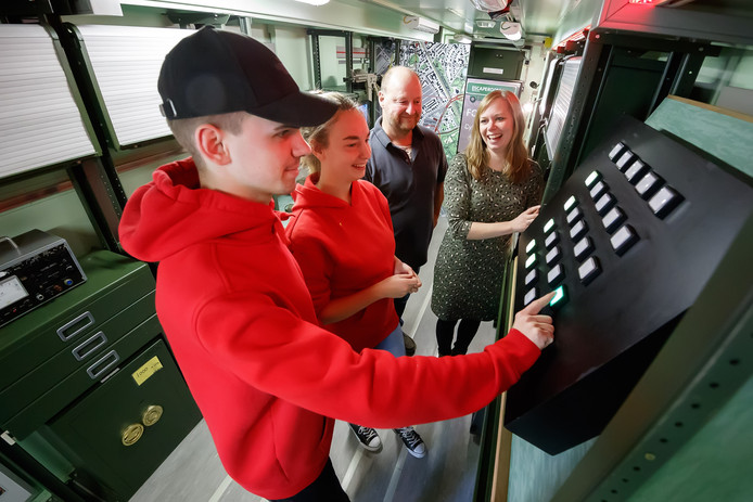 Frank Kastelein maakt mobiele escaperooms van vrachtwagentrailers. In beeld met Cas, Demi en Mélanie.