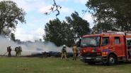 Smeulende resten barbecue zetten grote houtstapel in brand op scoutskamp