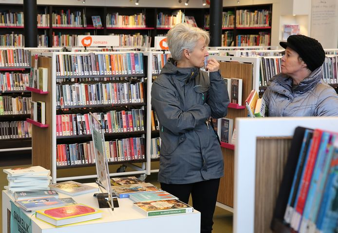 De bibliotheek in dorpshuis 't Warnshuus in Warnsveld.