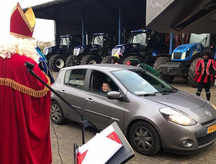 Sints 'meet & greet' op z'n corona's voor Rietmolense fans, met tractors in plaats van de vertrouwde schimmel.