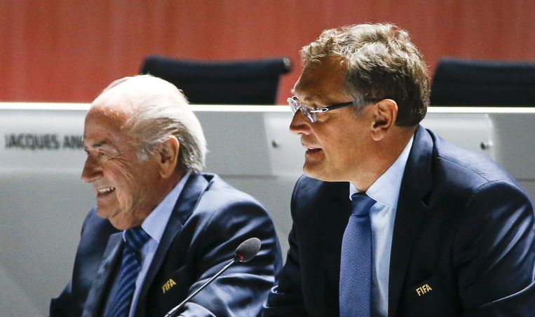 FIFA-secretaris-generaal Jérôme Valcke (r.) langs gewezen FIFA-voorzitter Sepp Blatter.