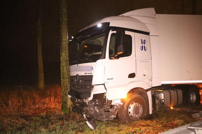 De vrachtwagen kwam tegen de boom tot stilstand