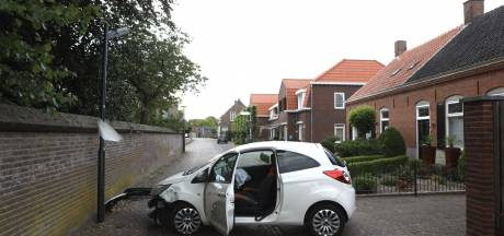 Automobilist botst tegen lantaarnpaal in Schijndel en blokkeert de weg