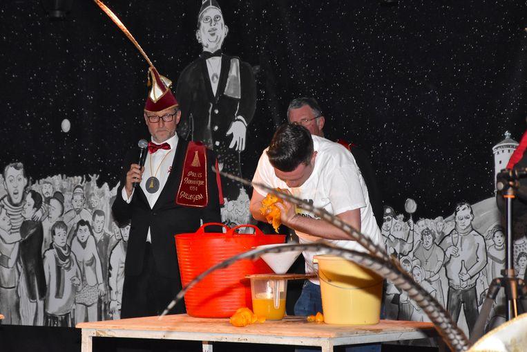 Verkiezing Prins Carnaval Gullegem - Sinaasappelen persen met de handen maakte ook deel uit van het proevenpakket