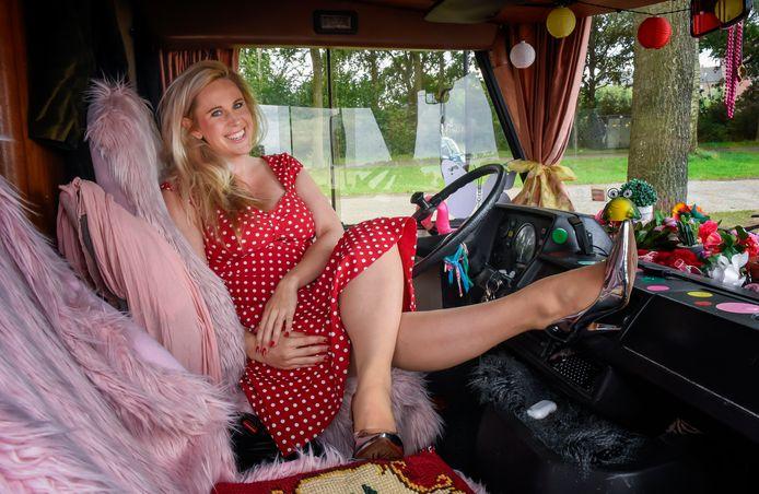 Daphne Gakes in haar camper Bartje. Vorig weekend stond ze er mee bij Telstar Surf aan het Wolderwijd vanwege een familiebezoekje in Harderwijk.