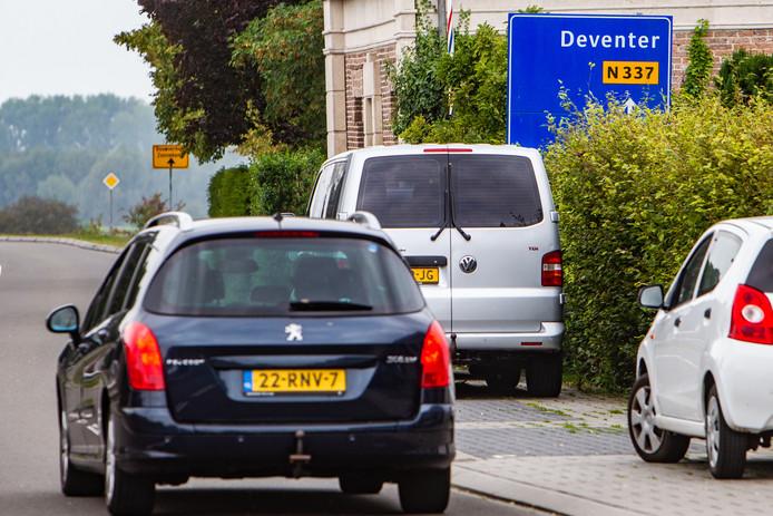 De bewegwijzering in Olst, op de dijk tussen Zwolle en Deventer, is nauwelijks te lezen. Rechtdoor naar Deventer, duidelijk. Maar linksaf naar?
