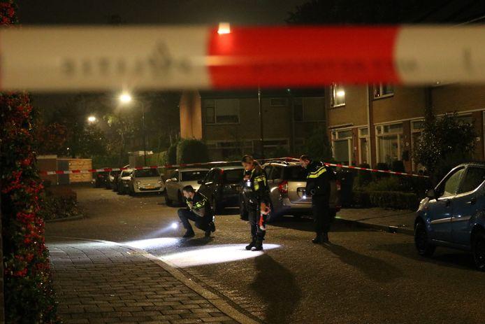 Agenten doen onderzoek in de Gentiaanstraat.