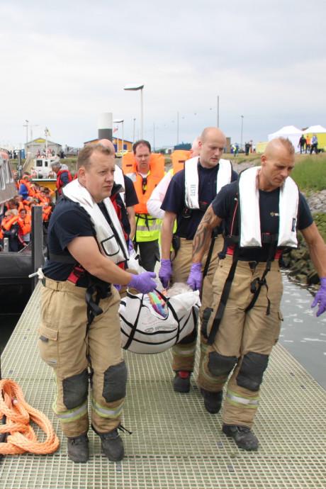 Reddingsboten varen af en aan tijdens grote evacuatieoefening in Hoek van Holland