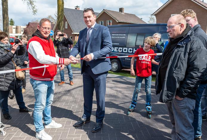 Wethouder Robert Scholten (r) heeft de vernieuwde Hoofdweg in Emst zaterdagmiddag officieel heropend.