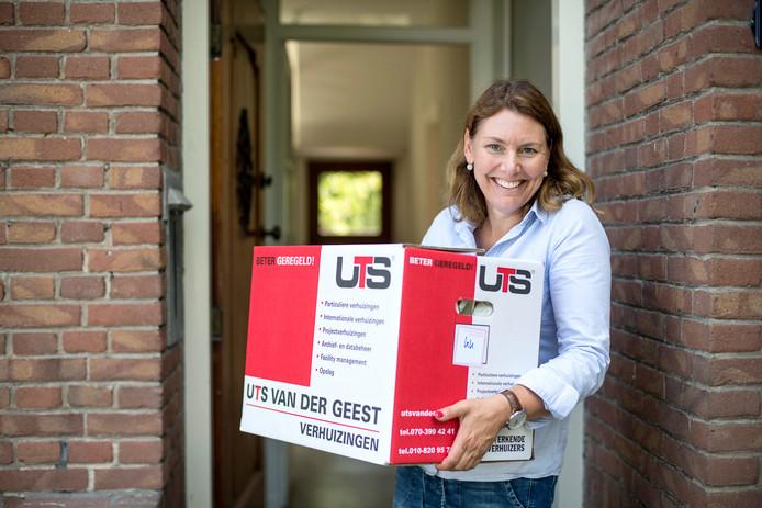 Burgemeester José van Egmond verhuist naar Kruiningen. Heel wat dozen, vooral met boeken, moeten nog worden uitgepakt.