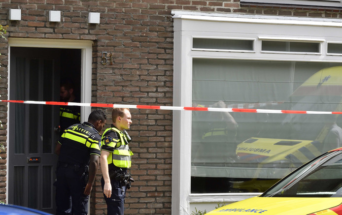 Een meisje van 15 jaar oud is overleden na een steekpartij in een woning. Elders in Breda is een minderjarige verdachte aangehouden.