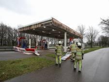 Storm Dennis zorgt voor omgevallen bomen en platen waaien van tankstation