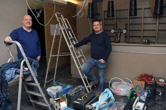 Frank Belmans (links) en Jan Beeckmans (rechts) zijn nog volop bezig met de inrichting van Escape Room Mol