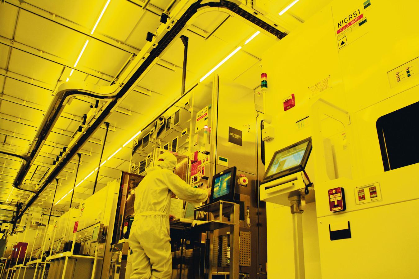 Een werknemer van chipfabrikant TSMC in Taiwan, die concurreert met Samsung bij het in gebruik nemen van EUV machines.