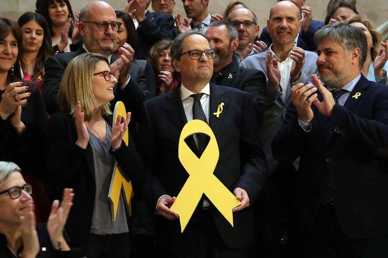 Quim Torra poseert met het omstreden gele lint.  Beeld EPA