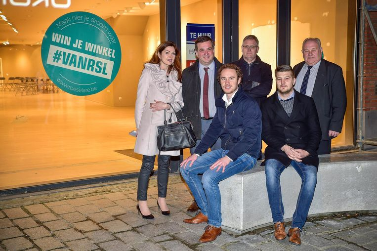 Barbara Lefevere, Kris Declercq, Willem Verfaillie, Stephan Gryspeerd, centrummanager Jeroen Debruyne en Marc Vanwalleghem zijn op zoek naar een geluksvogel met een winkeldroom.