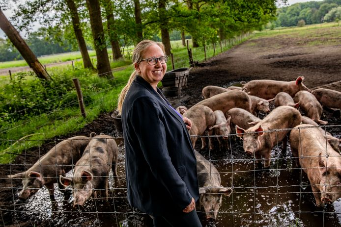 Maaike Moulijn bij de herenboerderij in Loenen, waar dieren leven op een manier die zij bepleit.