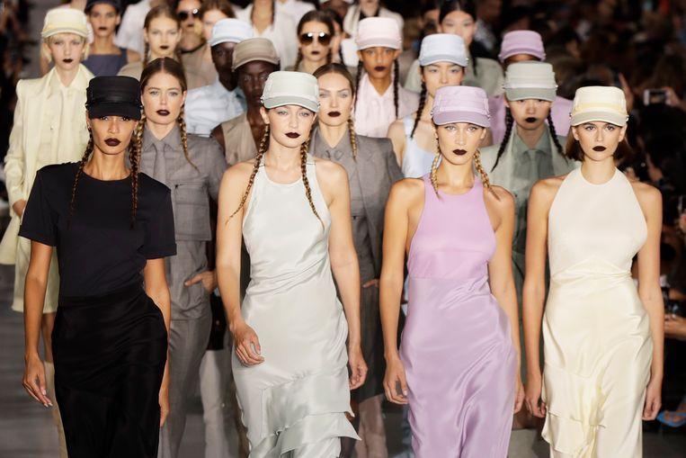 Modellen Joan Smalls, Gigi Hadid, Bella Hadid en Kaia Gerber op de show van Max Mara.