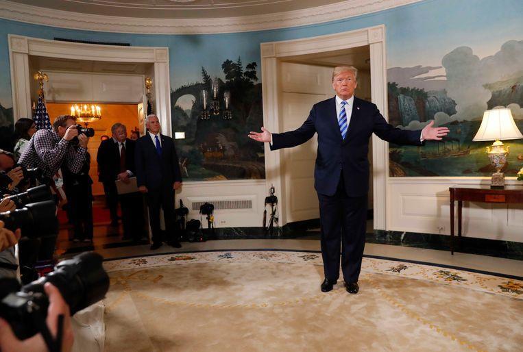 Donald Trump na afloop van de toespraak waarin hij bekendmaakt dat de VS zich terugtrekken uit de Iran-deal.  Beeld Reuters