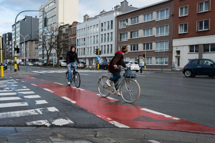 De fietspaden op de Plantin en Moretuslei verkeren in erbarmelijke staat.