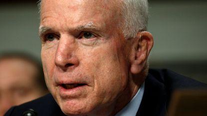 John McCain onder het mes voor bloedklonter in hoofd - stemming over Trumpcare weer uitgesteld