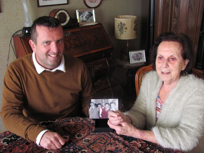 John van Hooft uit Kerkdriel heeft zojuist de trouwring teruggegeven aan Annie Vissers-Spijkers uit Velddriel, de dochter van Leonardus Spijkers. Op tafel staat een foto, met links Leonardus.