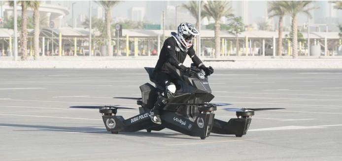 Een politieman in Dubai probeert een hoverbike te laten opstijgen.