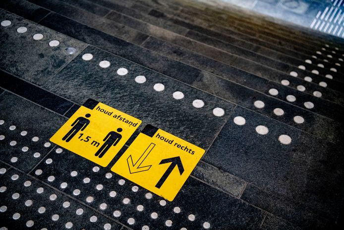 Stickers op het station om mensen te wijzen op de 1,5 meter afstand.