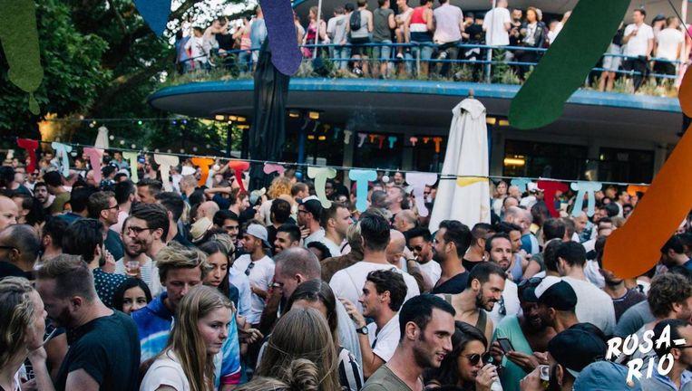 Wie een beetje ingeburgerd is in de Amsterdamse (gay)feestjesscene kent het tropisch, Latijns Amerikaans georiënteerde Rosario in het Blauwe Theehuis wel. Beeld Rosario
