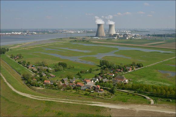Vanuit het gehucht Ouden Doel, hier vooraan, is het 50 km rijden om over en weer te rijden naar Beveren.