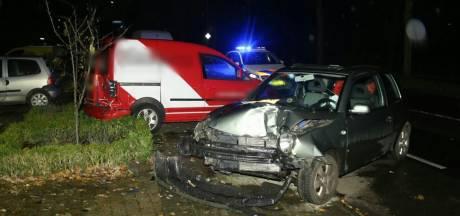Automobiliste belandt in ziekenhuis na rammen geparkeerde bestelbus in Losser