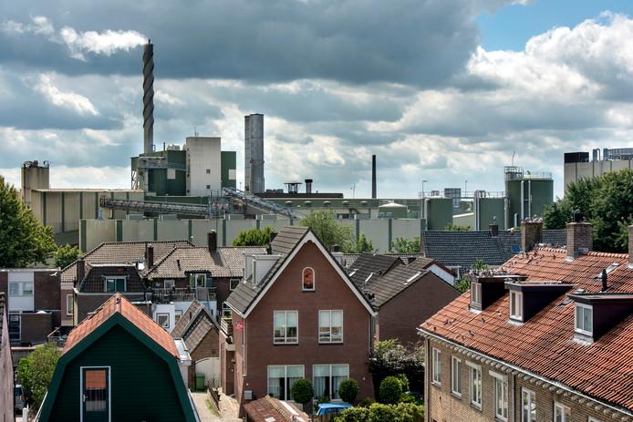 Renkum met op de achtergrond papierfabriek Renkum.