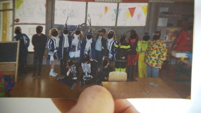 De gezichten van alle kinderen op deze schoolfoto zijn onherkenbaar gemaakt.