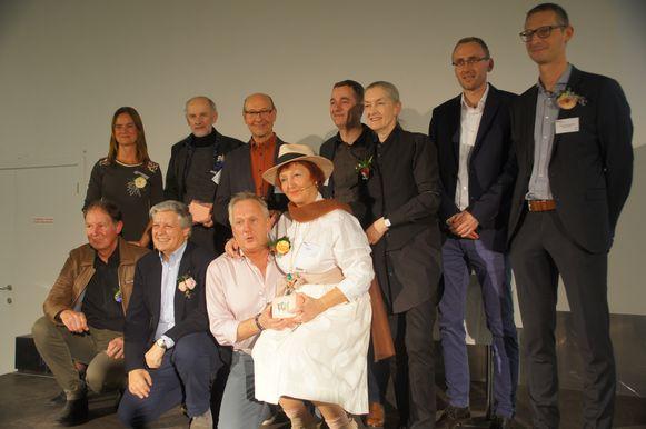 De winnaars van de Kartoenale in 2018, samen met het gemeentebestuur.