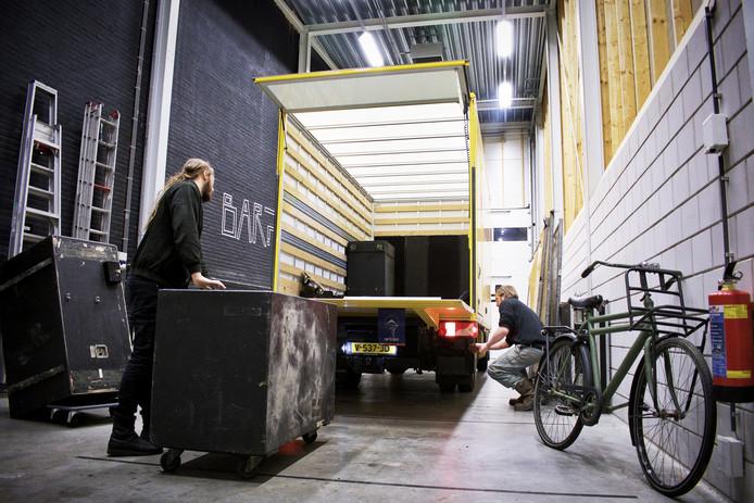 De apparatuur van Tivoli wordt naar Astrant gebracht.