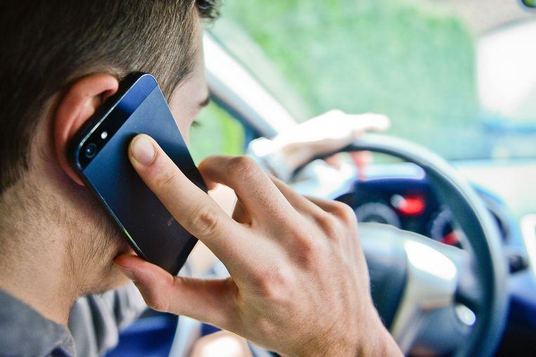 De bestuurder kreeg een bekeuring voor het gebruik van de gsm achter het stuur.