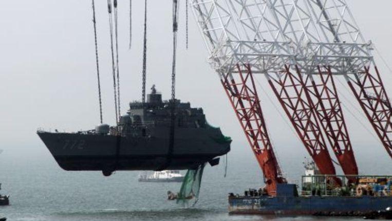 Berging van een deel van het marineschip Cheonan. ANP Beeld