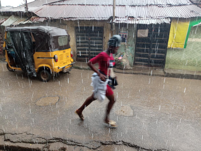 Regen zoals deze in Lagos, Nigeria moet straks nauwkeuriger voorspeld kunnen worden.  Beeld Getty
