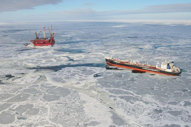 Olietanker Mikhail Ulyanov arriveert bij het boorplatform om te laden. Beeld Gazprom