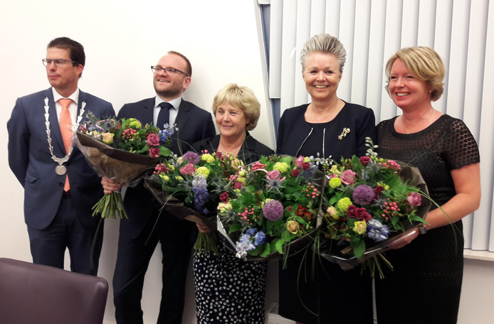 Het nieuwe college van B en W van Berkelland: burgemeester Joost van Oostrum en de wethouders Gerjan Teselink (VVD), Anjo Bosman (GB), Marijke van Haaren (CDA) en Patricia Hoytink (CDA)