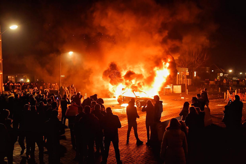 Oudejaarsnacht in het Brabantse dorp Veen: op de beruchte kruising van de Witboomstraat met de van der Loostraat zijn in de nacht van Oud op Nieuw twee auto's in brand gevlogen.