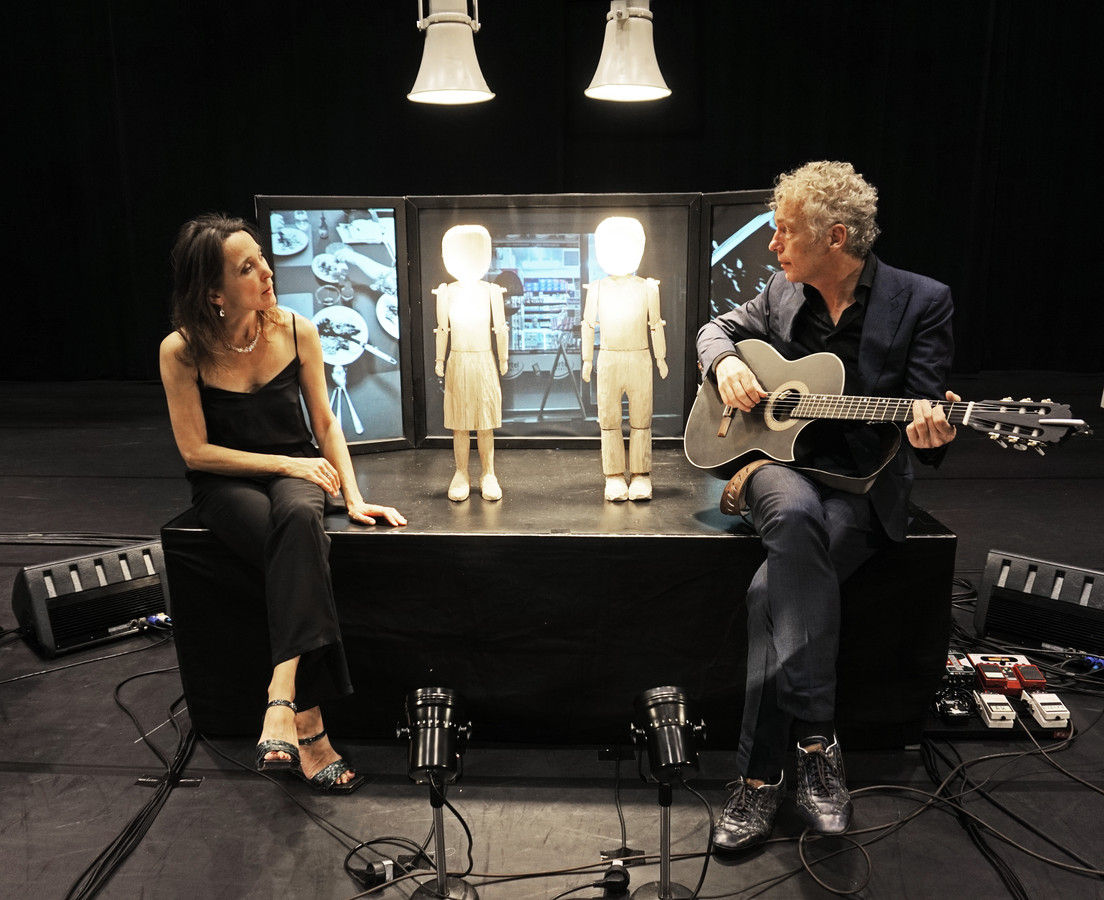 Saartje Van Camp (l) en Spinvis (Erik de Jong) in de voorstelling In werkelijkheid.