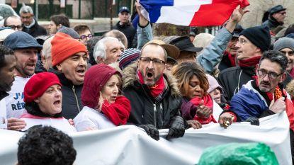 Na gele hesjes heeft Parijs nu ook rode sjaaltjes
